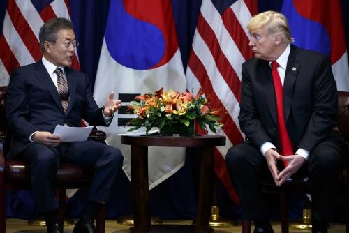 ▲문재인(왼쪽) 대통령과 도널드 트럼프 미국 대통령이 9월 24일(현지시간) 미국 뉴욕에서 만나 회담하고 있다. (뉴욕/AP뉴시스)