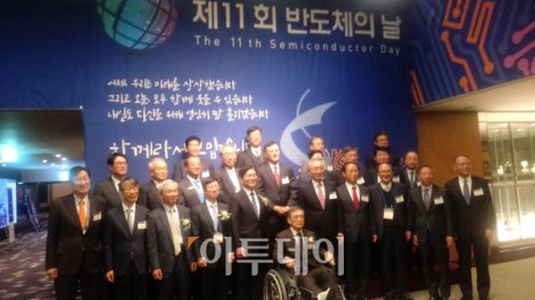 ▲한국반도체산업협회는 지난해 10월 25일 진교영 삼성전자 메모리사업부장(왼쪽에서 두 번째), 박상욱 SK하이닉스 부회장(왼쪽에서 네 번째), 권오현 삼성전자 종합기술원 회장(가운데)이 참석한 가운데 서울 삼성동 코엑스인터컨티넨탈호텔에서 '제 11회 반도체의 날' 기념식을 성황리에 개최했다. (사진/한영대 기자 yeongdai@)