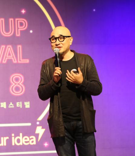 ▲'2018 벤처창업 페스티벌(STARTUP FES-TIVAL 2018)'에서 김봉진 우아한형제들 대표가 강연을 하고 있다.  (사진제공=중기부)