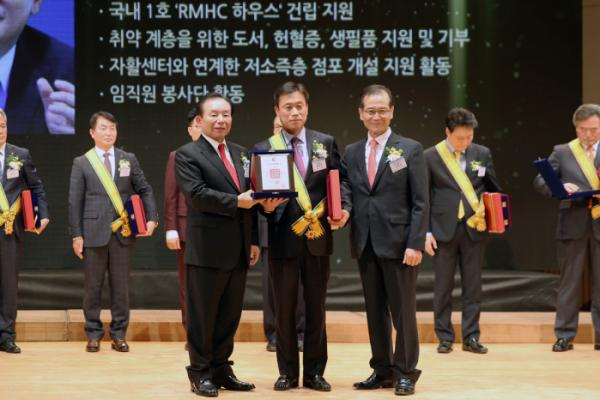 ▲GS리테일 김창운 상무(가운데)가 지난 7일(어제) 진행된 '대한민국 봉사대상'에서 대상격인 '아름다운 대한국인상'을 수상하고 있다.(GS리테일)