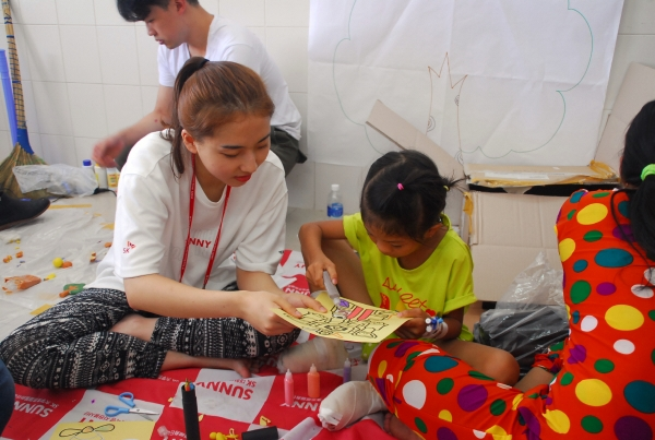 ▲올해 6월 SK그룹 대학생자원봉사단인 'SK써니'가 베트남 안면기형수술 어린이와 함께하고 있다. 사진제공=SK그룹