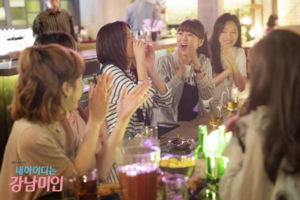 ▲신입생들은 과 동기들과의 술자리에서 핵심 멤버가 되기 위해 미리 술게임을 예습하기도 한다. (사진제공=JTBC)