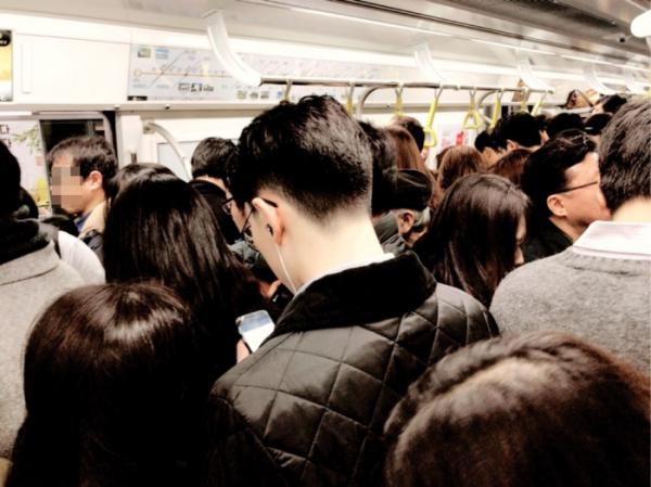 ▲지하철 9호선이 1일부터 3단계 구간 운행을 시작했다. 출발역인 중앙보훈병원역부터 열차는 이용객으로 가득 찼고, 기존 출발역이던 종합운동장역에서는 이보다 더 많은 이용객이 탑승해 북새통을 이뤘다. (나경연 기자 contest@)