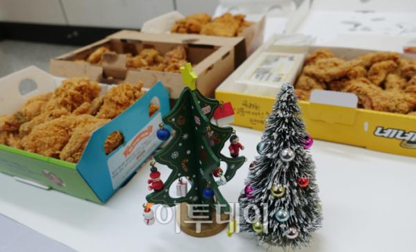 ▲크리스마스에는 역시 케이크보다는 치킨이다. 함께 놓인 크리스마스 트리와 치킨. 누가 봐도 정말 잘 어울리지 않는가. (김정웅 기자 cogito@)