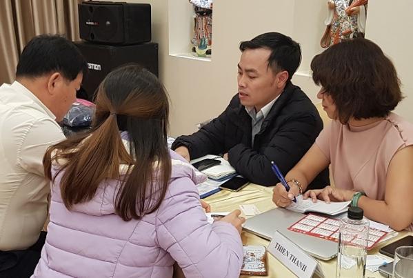 ▲CJ오쇼핑 직원들이 베트남 현지 제조업체와 미팅하고 있다.(CJ오쇼핑)