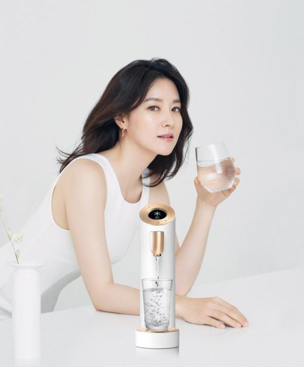 ▲교원웰스의 신개념 시스템 정수기 '웰스더원' 홍보대사인 배우 이영애.(사진제공=교원웰스)