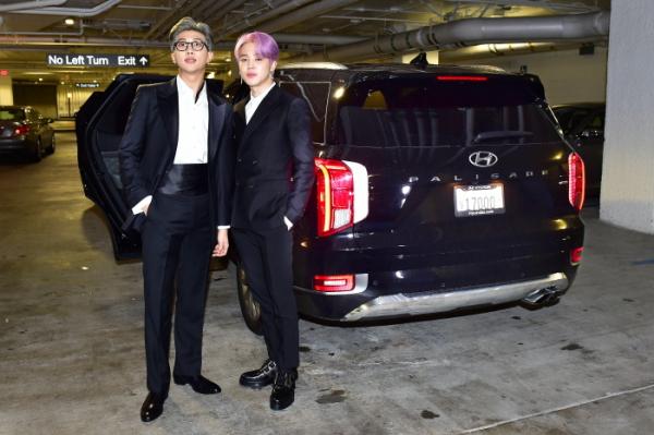 ▲방탄소년단 (왼쪽부터)RM, 지민이 10일(현지시간) 미국 LA 스테이플스 센터에서 개최되는 제61회 그래미 어워즈 참석을 위해 팰리세이드 탑승에 앞서 기념 촬영을 하고 있다. 사진제공 현대자동차