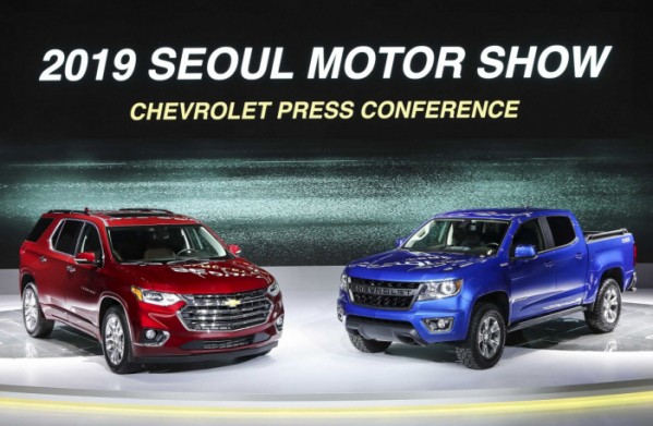 ▲한국지엠이 2019 서울모터쇼에서 대형 SUV '트래버스'(왼쪽)와 픽업트럭 '콜로라도'(오른쪽)를 선보였다.  (사진제공=한국지엠)