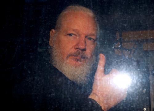▲위키리크스의 줄리안 어산지 설립자가 11일(현지시간) 영국 런던에서 체포되고 나서 호송차 안에서 엄지를 들어보이고 있다. 런던/로이터연합뉴스