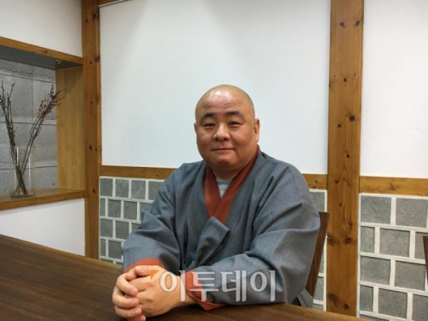 ▲우일 스님은 28일 서울 종로구에 있는 사찰음식 전문교육관 향적세계에서 이투데이와 만나 인터뷰를 했다.(김소희 기자 ksh@)