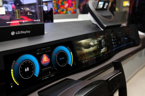 ▲LG디스플레이가 개발한 차량용 디스플레이 시제품 (사진제공=LG디스플레이)