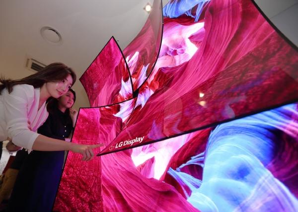 ▲LG디스플레이가 미국 라스베이거스에서 열린 CES에서 선보인 65인치 커브드 UHD OLED 디스플레이 4장을 이용해 만든 장미꽃 형태의 조형물. 사진제공 LG디스플레이