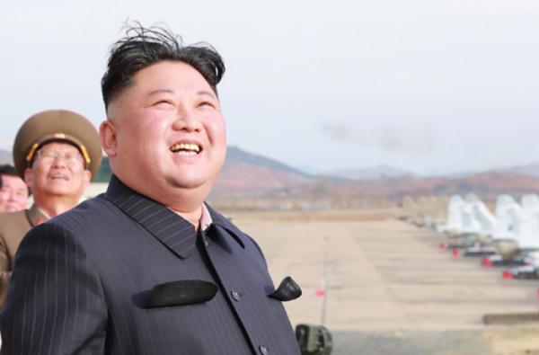 ▲북한 노동신문은 김정은 국무위원장이 지난 16일 조선인민군 항공 및 반항공군 제1017군부대 전투비행사들의 비행훈련을 지도했다고 17일 보도했다. (노동신문)