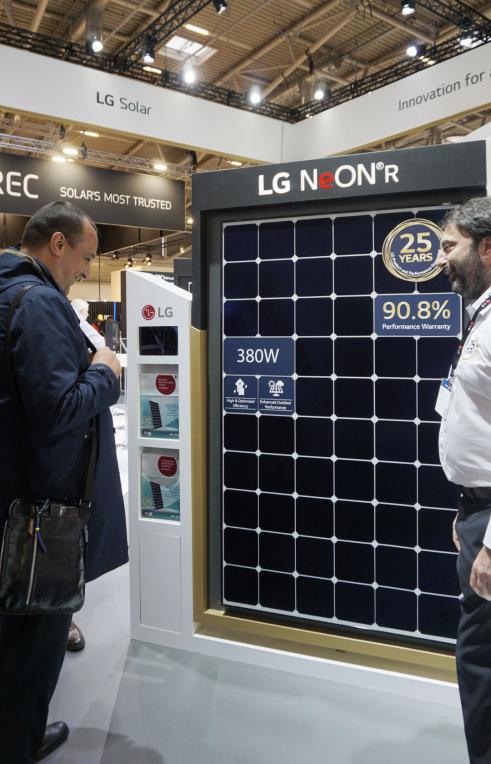 ▲LG전자 직원이 인터솔라 2019에 방문한 관람객에게  태양광모듈 '네온 R'을 소개하고 있다.  (사진제공=LG전자)