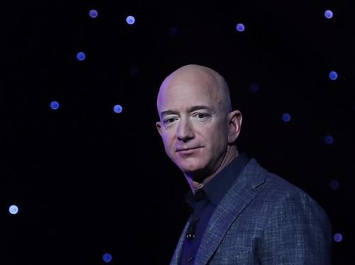 ▲제프 베이조스 아마존 최고경영자(CEO)가 5월 9일 워싱턴D.C.열린 블루오리진 우주사업 설명회에서 '블루문'으로 명명된 달 착륙선 모형과 달 탐사 로드맵을 설명하고 있다./AFP연합뉴스