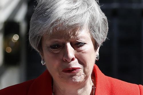 ▲테리사 메이 영국 총리가 24일(현지시간) 런던 총리 관저 밖에서 사임 의사를 표명하는 연설 도중 울먹이고 있다. 런던/AP연합뉴스