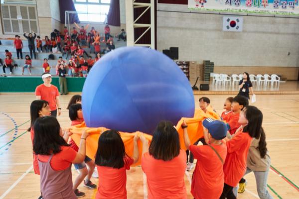 ▲자생 꿈나무 올림픽에 참가한 청주지역 아동센터 어린이들이 공 튀기기를 즐기고 있다(자생의료재단)