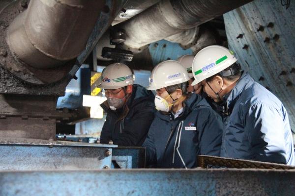 ▲김병숙(가운데) 한국서부발전 사장이 석탄 이송 설비를 점검하고 있다.  사진제공 한국서부발전