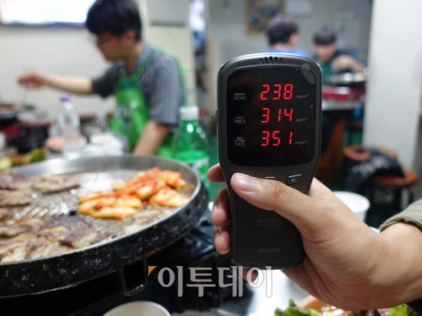 ▲A 음식점의 미세먼지 측정 결과. (김정웅 기자 cogito@)