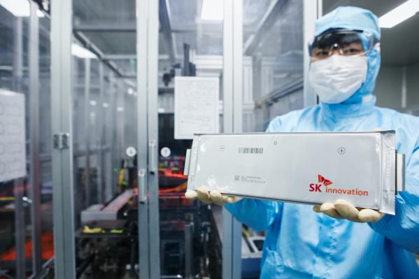 ▲SK이노베이션 연구원이 전기차 배터리용 셀을 들고 있다.(사진제공=SK이노베이션)