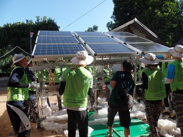 ▲한전 대학생봉사단이 인도네시아에서 태양광 패널을 설치하고 있다.  사진제공 한국전력공사