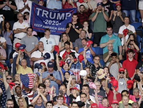 ▲도널드 트럼프 미국 대통령의 18일(현지시간) 재선 출마 공식 표명을 보기 위해 플로리다주 올랜도에 모인 지지자들이 환호하고 있다. 올랜도/AP연합뉴스
