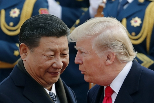 ▲도널드 트럼프(오른쪽) 미국 대통령과 시진핑 중국 국가주석이 2017년 11월 9일(현지시간) 베이징 인민대회당에서 열린 트럼프 방중 환영식에서 얘기를 나누고 있다. 베이징/AP뉴시스