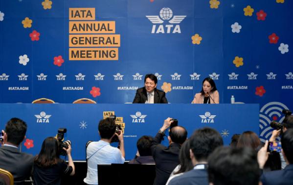 ▲지난해 6월 서울에서 열린 제75회 국제항공운송협회(IATA) 연차총회 폐막식 후 미디어 브리핑에서 조원태 한진그룹 회장이 취재진의 질문에 답하고 있다. 신태현 기자 holjjak@