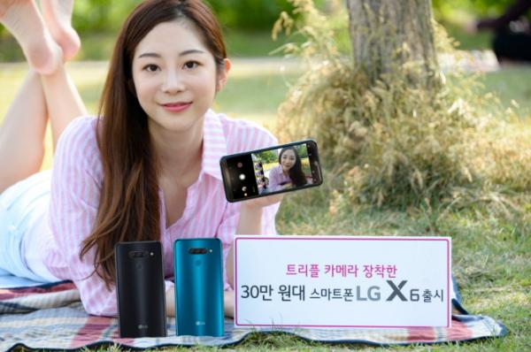 ▲LG전자가 14일 국내 이동통신 3사를 통해 30만 원대 실속형 스마트폰 LG X6를 출시한다. 후면 트리플 카메라, 64GB 저장공간, 3500mAh 대용량 배터리까지 갖췄다. 모델이LG X6를 소개하고 있다.(사진=LG전자)