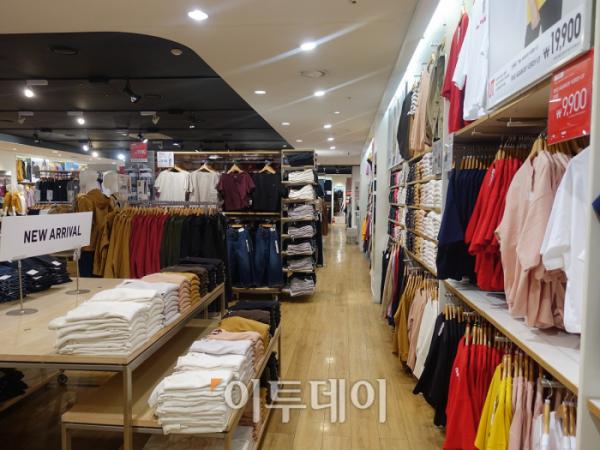 ▲12일 강남에 있는 유니클로 매장에는 사람이 거의 없었다. 직원의 수가 손님보다 많았다. (홍인석 기자 mystic@)