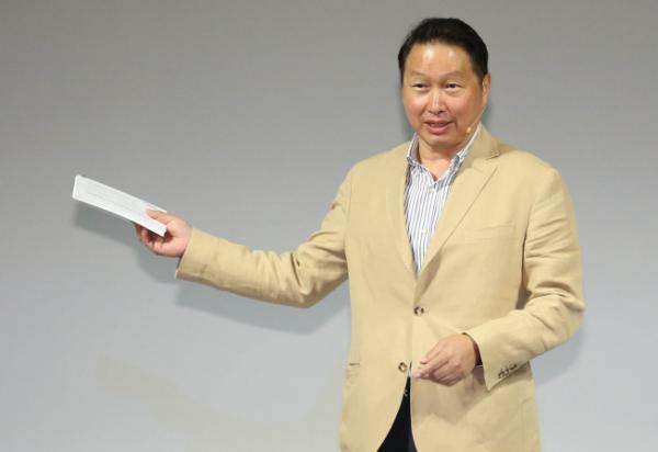 ▲최태원 SK그룹 회장이 18일 '제44회 대한상의 제주포럼'에서 '기업의 Breakthrough 전략, 사회적 가치 창출'이라는 주제로 강연을 하고 있다. (사진제공=대한상의)