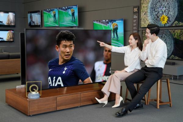 ▲삼성전자 모델이 지난 21일 싱가포르에서 열린 인터내셔널 챔피언스컵 토트넘 홋스퍼와 유벤투스의 경기 영상을 삼성 QLED 8K 98형을 통해 체험하고 있다.  (사진제공=삼성전자)