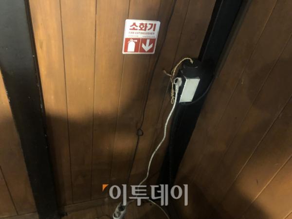▲서울 강남의 한 클럽에는 소화기가 있다고 표시된 자리가 빈 공간으로 남아 있다. (홍인석 기자 mystic@)
