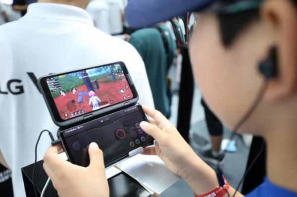 ▲20일 롯데월드 아이스링크에서 열린 LG V50 씽큐 게임 페스티벌에 방문한 관람객들이 LG 듀얼 스크린으로 게임을 즐기고 있다.  (사진제공=LG전자)