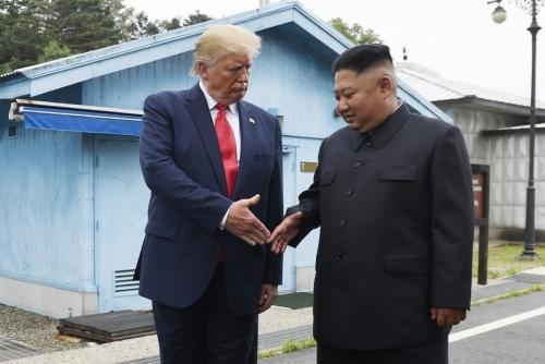 ▲6월 30일 도널드 트럼프(왼쪽) 미국 대통령과 김정은 북한 국무위원장이 판문점에서 만나 악수하고 있다.  (AP연합뉴스)