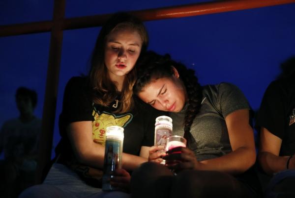 ▲미국 텍사스 엘패소의 월마트 일대에서 3일(현지시간) 대규모 총기 난사 사건이 발생한 가운데 현지 소녀들이 침통한 표정으로 희생자들을 추모하고 있다. 이날 발생한 총기 난사 사건으로 20명이 숨지고 26명이 다쳤다. 이번 사건은 서부 캘리포니아주 '길로이 마늘 축제'에서 총기 난사 사건이 발생한 지 1주일도 안돼 벌어져 미국을 충격에 빠뜨렸다. 엘패소/AP연합뉴스