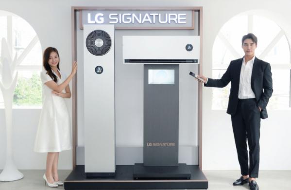 ▲ LG전자가 5일 超프리미엄 에어컨인 LG 시그니처(LG SIGNATURE) 에어컨을 출시했다. 사진은 모델이 LG 시그니처(LG SIGNATURE) 에어컨을 소개하는 모습. (사진=LG전자)