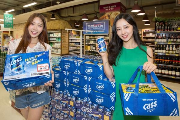 ▲모델들이 5일 서울 등촌동 홈플러스 강서점에서 '카스 태극기 패키지'를 선보이고 있다. 사진제공 홈플러스