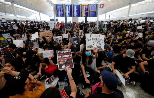 ▲'범죄인 인도 법안'(송환법)에 반대하는 홍콩 시위대가 12일 홍콩 국제공항 출국장에 모여 시위를 벌이고 있다.(로이터/연합뉴스)