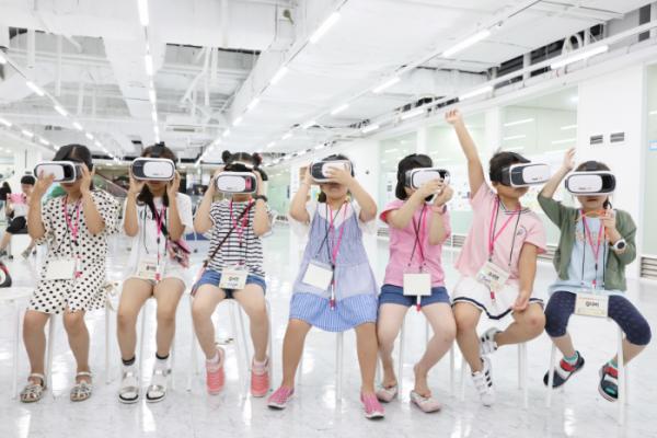 ▲롯데케미칼 임직원 자녀들이 VR체험을 하고있다.(사진 제공=롯데케미칼)