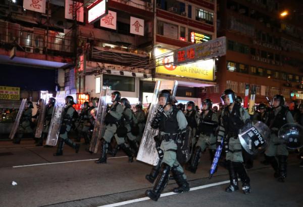 ▲홍콩 카오룽반도 몽콕경찰서 인근 거리에서 진압 경찰이 시위대를 쫓고 있다.((사진=연합))
