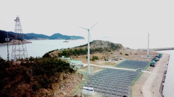 ▲LS산전이 한전 전력연구원과 함께 전남 진도군 서거차도에 세계 최대 직류 에너지 자립섬을 조성 했다. 사진은 서거차도에 설치된 태양광, 풍력 발전소 전경(사진=LS산전)