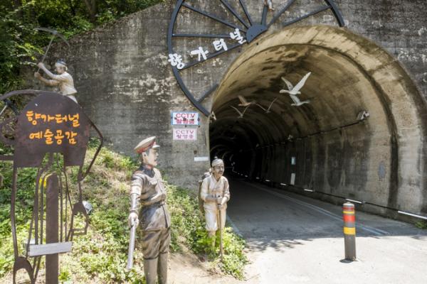 ▲터널 입구에 있는 농민과 일본 순사의 모형.