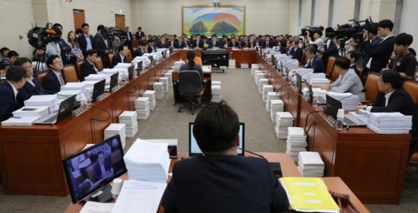 ▲국회 정무위 전체회의가 22일 오전 민병두 위원장 주재로 열리고 있다. (연합뉴스)