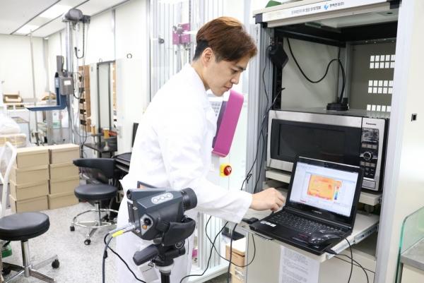 ▲CJ제일제당 패키징센터 연구원이 가정간편식 제품을 대상으로 열화상 테스트를 진행하고 있다. (사진제공=CJ그룹)