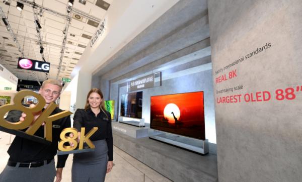 ▲독일 베를린에서 6~11일까지 열리는 IFA 2019 전시회에서 모델들이 'LG 시그니처 올레드 8K'를 소개하고 있다. (사진제공=LG전자)