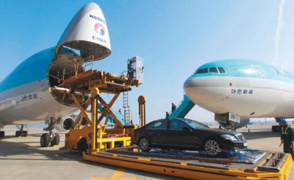 ▲대한항공이 2012년 도입한 차세대 화물기 보잉 '747-8F'. 이 화물기는 동체 길이 76.4m, 적재량 134t으로 아프리카 코끼리 18마리를 한 번에 실을 수 있다. 사진제공 대한항공