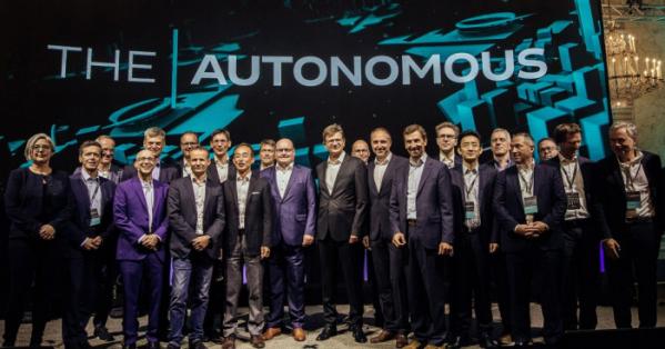▲지난 5일(현지시각) 오스트리아 빈에서 열린 '디-오토노머스'행사에서 손영권 삼성전략혁신센터장( (왼쪽 아래부터 5번째)을 비롯한 IT와 자동차 등 다양한 산업군 대표자들이 모여 자율주행 안전기준 마련을 위한 논의를 했다.(사진제공=오토노머스)