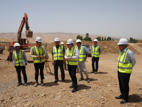 ▲김석준(왼쪽에서 네번째) 쌍용건설 회장 지난 2015년 이라크 쿠르드 건설 현장을 방문해 직원들을 격려하고 있다.  (사진 제공=쌍용건설)