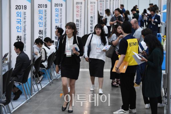 ▲18일 서울 강남구에 있는 코엑스에서 '외국인 취업박람회'가 열렸다. 한국을 좋아하는 젊은이들의 관심이 높았다. (신태현 기자 holjjak@)